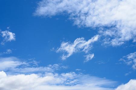 Cielo blu con nuvole di sfondo Archivio Fotografico - 82603615
