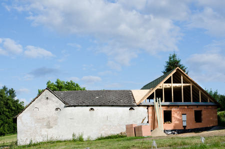 再構成の下で古い家 写真素材
