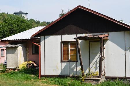 復興する前に古い醜い家 写真素材