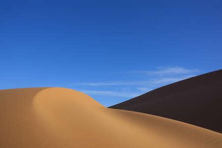 Dunas de arena desiertos de Sahara con claro cielo azul. Concepto de vacaciones viajando y aventura. Ver m�s de mis bellas im�genes de desiertos en mi cartera. Foto de archivo - 9360131