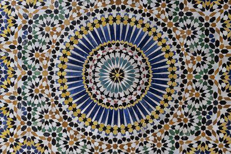 Kleurrijk 24-voudig sterpatroon in traditioneel islamitisch geometrisch ontwerp uit het interieur van Kasbah Telouet, Marokko. Stockfoto