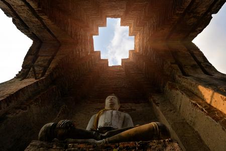 Asian religious architecture. Ancient sandstone sculpture of Buddha at Prasat Nakhon Luang in Ayutthaya, Thailand. Standard-Bild