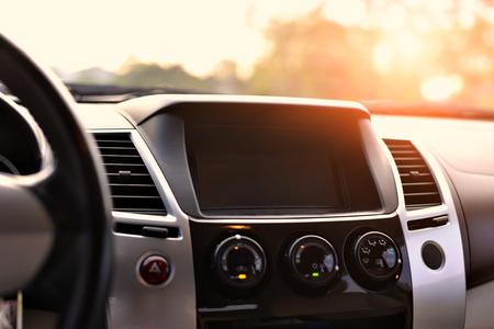 Consolepaneel van de auto en zonnestralen.