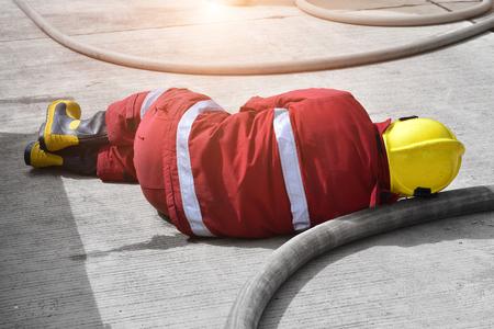 消防士は、仕事での行動で事故を取得します。 写真素材