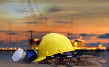 Veiligheid in raffinaderijconcept, veiligheidsnorm ingesteld op werktafel, achtergrondcentrale, zwaar petrochemisch industriebezitgebruik voor energie, macht, brandstof, gas en fossiel aardolieonderwerp.