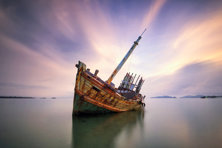 An old shipwreck or abandoned shipwreck. , Wrecked boat abandoned stand on beach or Shipwrecked off the coast of Thailand. Standard-Bild