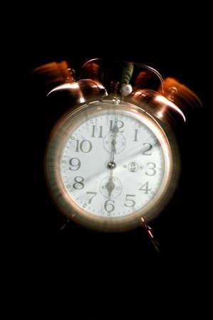 昔ながらの目覚まし時計を 6 に設定鳴って、時計が表示されます。