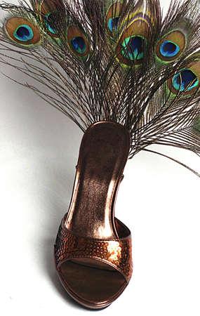銅色スパンコール添付孔雀の羽の女性の靴。 写真素材