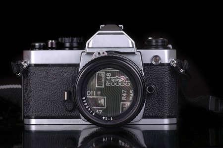 Paradoks: Obwód pokładzie może być postrzegana w soczewki mechanicznego filmie kamery. Czarnym tle.