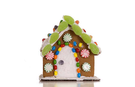 casita de dulces: A festively pan de jengibre decorado aislados sobre un fondo blanco.