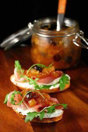 chutney: tostadas con chutney de manzana caseras, queso ricotta y r�cula