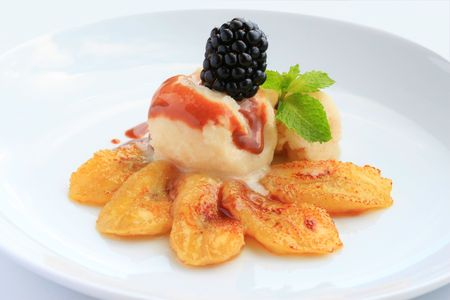 platanos fritos: Pl�tanos fritos con helado, salsa de caramelo y blackberry