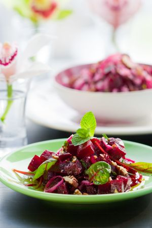 feuilles de salade de betteraves avec écrou, oignon, betteraves
