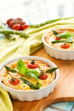 asperges: mini quiche met cherry tomaten en groene asperges  Stockfoto