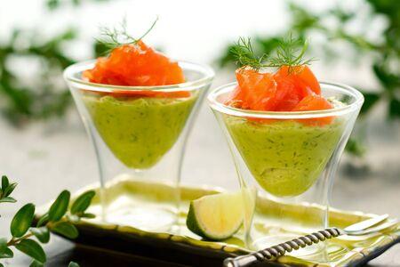 crème d'avocat et saumon dans des verres Banque d'images