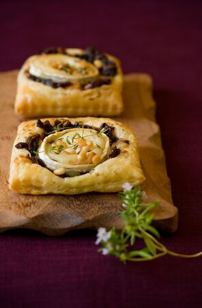 Small tarts with red onion ja ,goat cheese,pine nut and thyme Stock fotó