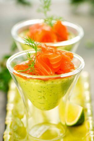 crème d'avocat et saumon dans des verres