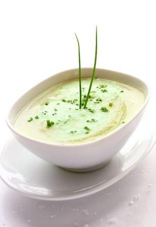 coliflor: Un taz�n de sopa de crema de coliflor con cebolletas frescas