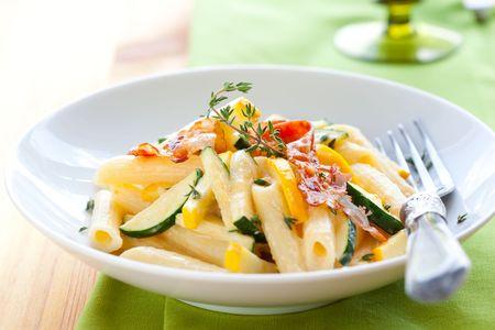zapallo italiano: Penne con salsa carbonara, tocino y calabacines