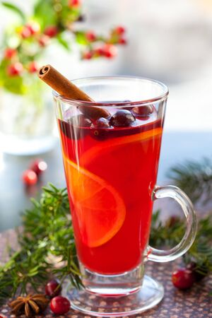arandanos rojos: Ponche de ar�ndano rojo y naranja con rodajas de naranjas y spices.Hot bebidas para invierno y Navidad  Foto de archivo
