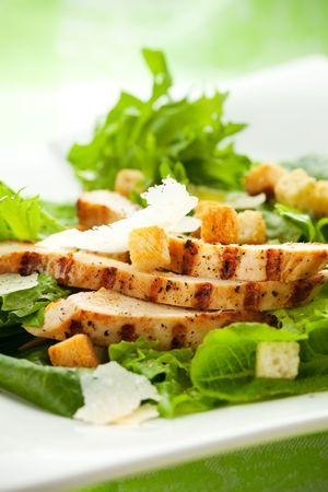 ensalada cesar: Ensalada César de pollo en el plato blanco