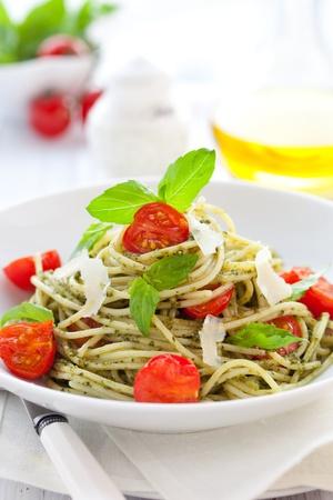 macaroni: spaghetti met pestosaus, kers tomaat en kaas Stockfoto