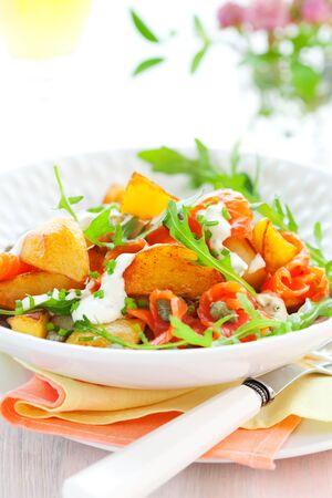 saumon fum�: Salade de pommes de terre avec saumon fum�, c�pres, fus�e et sauce Banque d'images