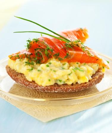 saumon fum�: Oeufs brouill�s et saumon fum� sur des toasts