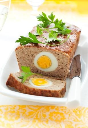 albondigas: pastel de carne asada con huevos cocidos para Semana Santa