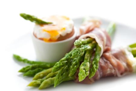 groene asperges met zacht gekookt ei en ham Stockfoto