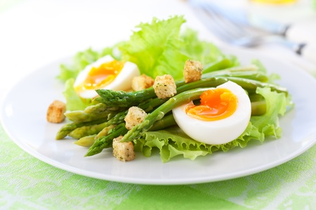 plato de ensalada: ensalada fresca con esp�rragos, huevos y pan frito