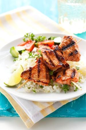 masala: Brochetas de masala delicioso pollo con ensalada de arroz y vegetales.