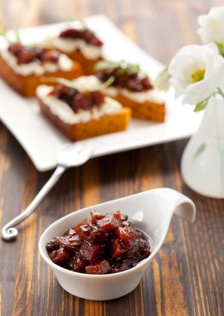 chutney: La calabaza y la salsa picante de tomate en el pan de calabaza con queso fresco