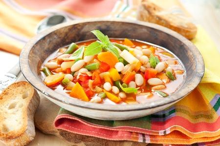 Plato de sopa minestrone con pan Foto de archivo