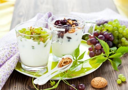 yaourts: Raisin dessert avec amaretti biscuits dans des verres Banque d'images