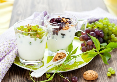 yogur: Uva postres con galletas amaretti en gafas