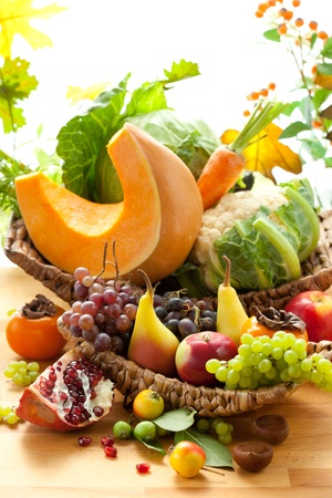 cuerno de la abundancia: Naturaleza muerta con frutas y verduras de otoñales