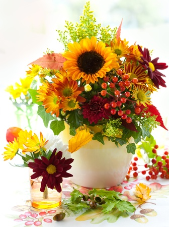 arreglo floral: naturaleza muerta con flores otoñales y bayas Foto de archivo