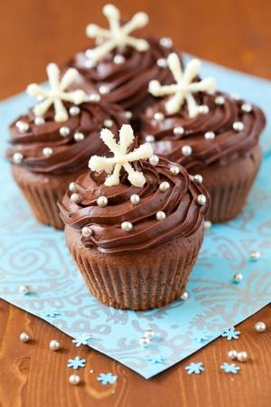 noel chocolat: Cupcake au chocolat de No�l d�cor� avec des flocons de neige Banque d'images