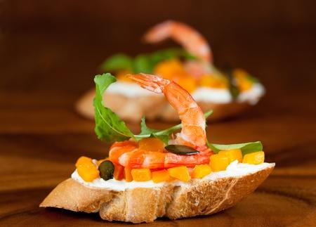 부드러운 치즈, 즐기기, 호박 씨앗 새우와 호박 토스트 스톡 콘텐츠