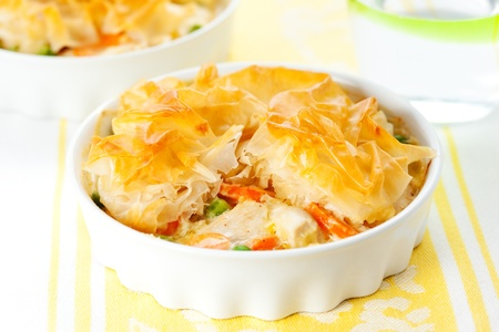 tourtes: Cr�meuse tarte pot de moutarde de poulet avec des l�gumes et de p�te filo