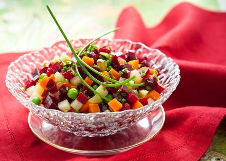 ensalada rusa: Ensalada de remolacha, patatas, zanahorias y pepino (remolacha ruso ensalada - Vinegret)