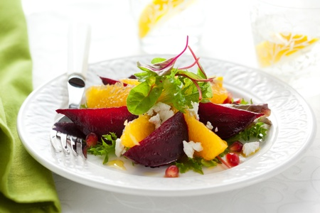 remolacha: Ensalada de remolacha, queso de cabra, naranja y Granada Foto de archivo