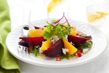 salade van rode biet, geitenkaas, oranje en granaatappel Stockfoto