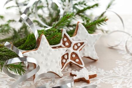 Hausgemachte Weihnachtsplätzchen Sterne mit Verzierung