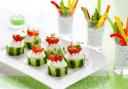 legumbres secas: Aperitivos de vegetales de vacaciones.Pepinos con queso y sol secan tomates y verduras pega con dip
