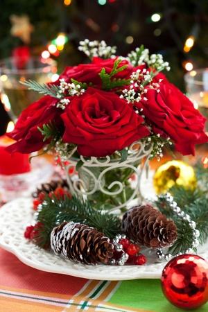 Weihnachts-Arrangement rote Rosen, Tanne, Holly und Pine cones