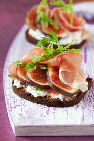bruschetta: Sandwich with prosciutto, goat cheese and fig