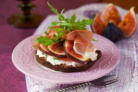 prosciutto: Sandwich with prosciutto, goat cheese and fig