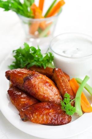 Buffalo chicken wings met blauwe kaas dressing en wortel en selderij sticks Stockfoto